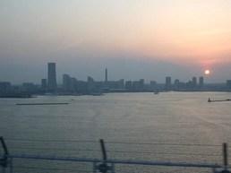 みなとみらい地区の向こうに夕陽が(拡大します)